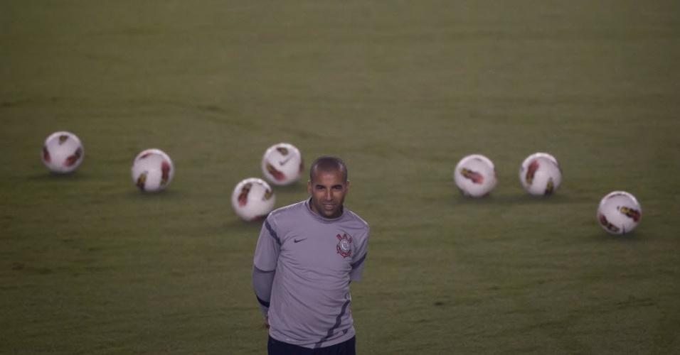 Emerson Sheik observa parte do treino do Corinthians na Vila Belmiro antes de partida decisiva contra o Santos