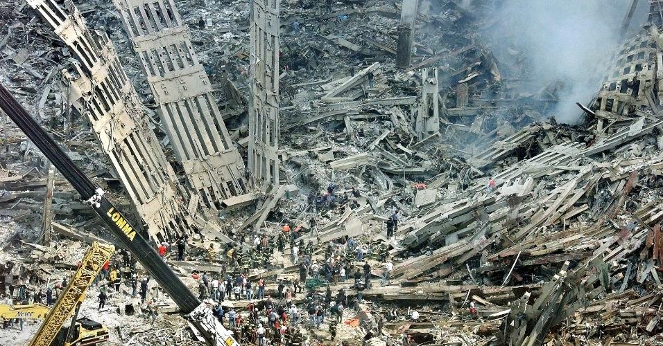 """Equipes de resgate e médicos trabalham no resgate das vítimas nos destroços do World Trade Center, em Nova York, em 12 de setembro de 2001. Recente decisão abriu caminho para que 50 diferentes tipos de câncer fossem incluídos à lista de doenças cobertas por um fundo criado exclusivamente para compensar as pessoas que foram """"afetadas"""" pelo atentado terrorista de 11 de Setembro"""