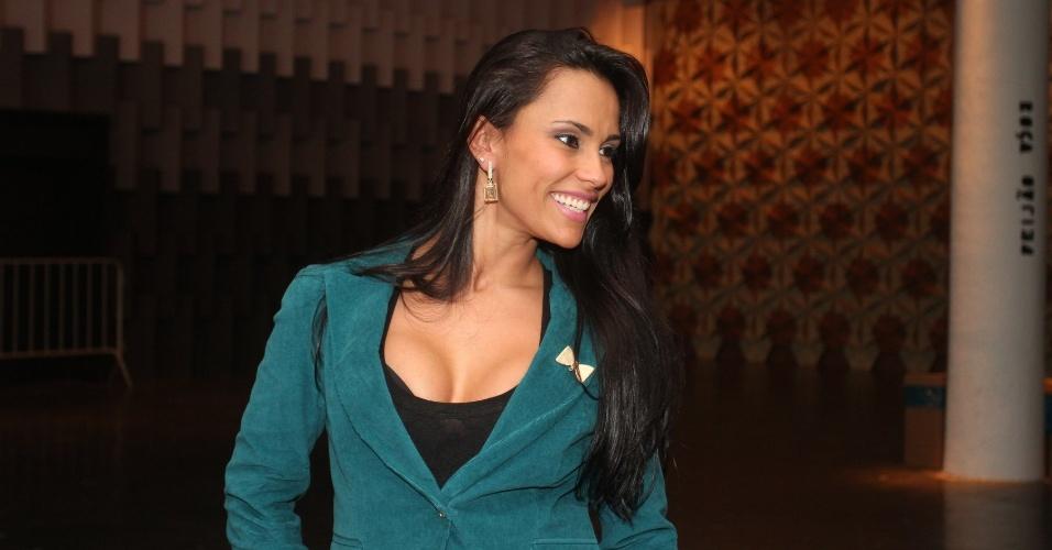 Ex-BBB Kelly, da edição 12 do reality show, posa para fotos no segundo dia do SPFW Verão 2013