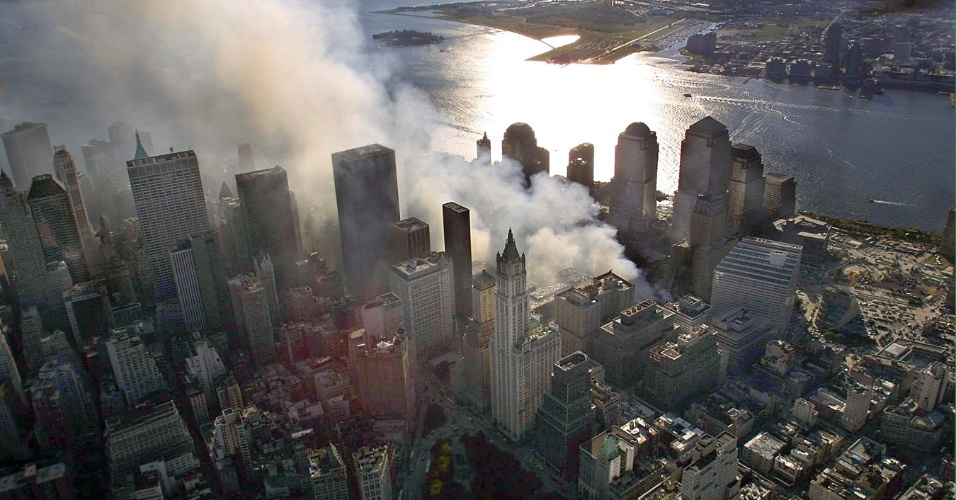 """Fumaças ainda cobriam o céu do World Trade Center, em Nova York, em 15 de setembro de 2001, quatro dias após os ataques terroristas coordenados pela Al-Qaeda. Recente decisão abriu caminho para que 50 diferentes tipos de câncer fossem incluídos à lista de doenças cobertas por um fundo criado exclusivamente para compensar as pessoas que foram """"afetadas"""" pela tragédia"""
