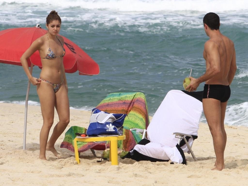 Malvino Salvador e Sophie Charlotte foram à praia da Barra da Tijuca, zona oeste do Rio (12/6/12). Eles estão juntos desde fevereiro de 2010