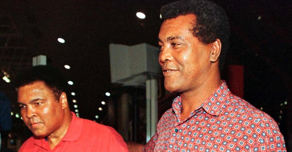Muhammad Ali caminha com Teofilo Stevenson em Havana em uma visita a Cuba, em 1998