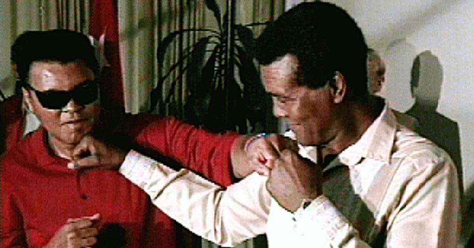 Muhammad Ali e o cubano Teofilo Stevenson posam para fotos simulando uma troca de socos; o cubano morreu de infarto