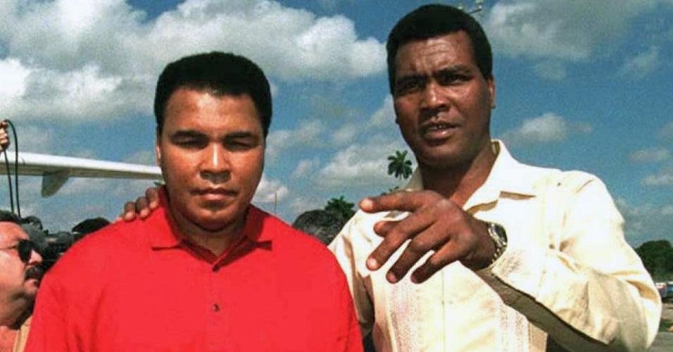Muhammad Ali e Teofilo Stevenson caminham juntos em Havana, em uma visita do americano ao país