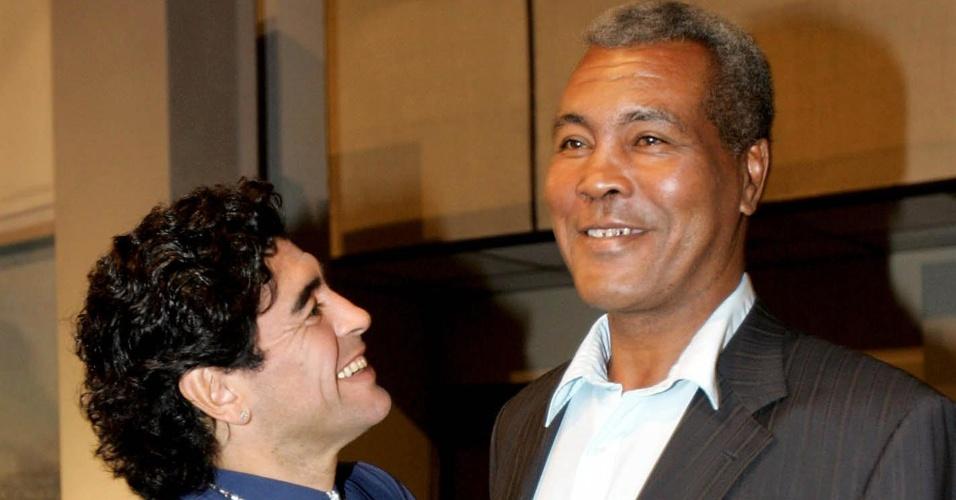O ex-jogador argentino Diego Maradona é fotografado ao lado do tricampeão olímpico de boxe Teofilo Stevenson; o ex-boxeador morreu no dia 11 de junho de 2012, de infarto