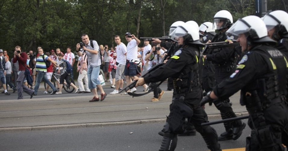 Polícia polonesa atira contra torcedores durante briga entre poloneses e russos antes da partida entre as duas seleções no Estádio Nacional de Varsóvia