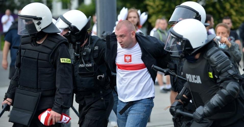 Polícia polonesa detém torcedor da Polônia durante briga com os russos antes de partida em Varsóvia