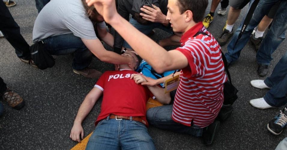 Polonês fica ferido após confusão entre torcida russa e polonesa nos arredores do Estádio Nacional de Varsóvia antes da partida entre as duas seleções