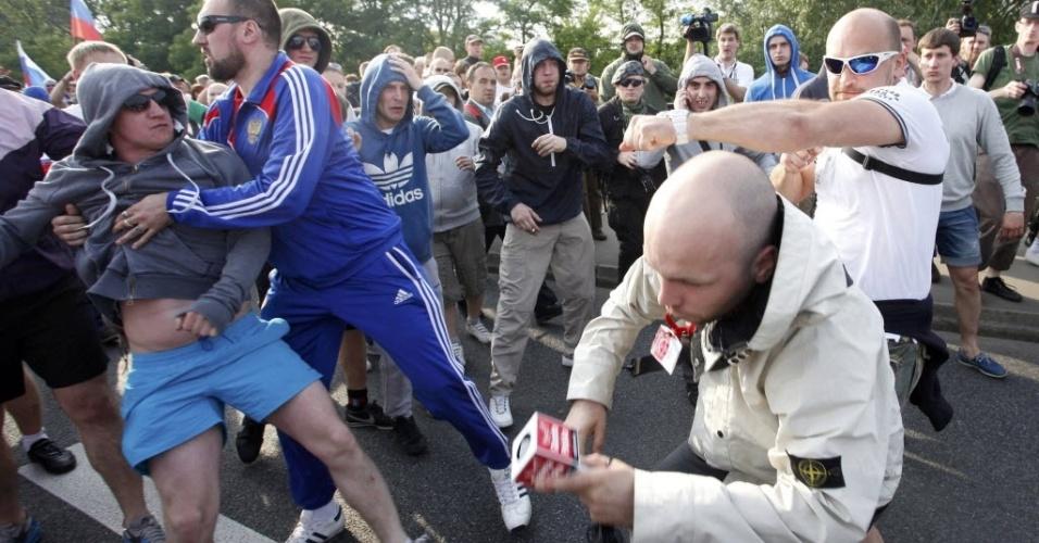 Repórter polonês é agredido por torcedor russo em Varsóvia antes da partida entre Polônia e Rússia