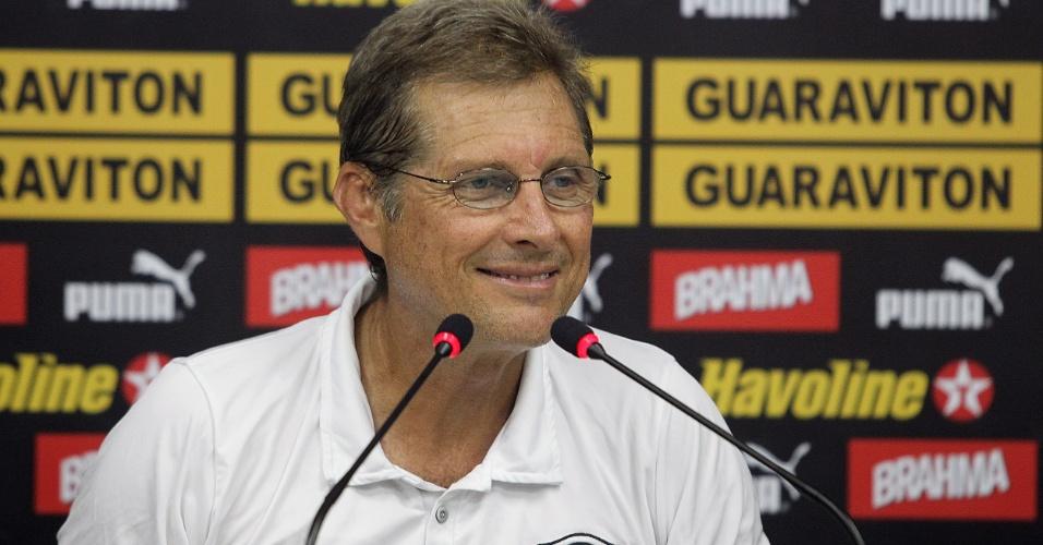 Técnico Oswaldo de Oliveira sorri durante entrevista coletiva no Botafogo (10/02/2012)