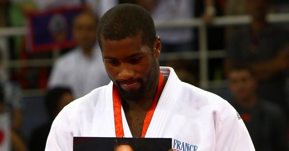 Teddy Riner exibe foto de um amigo ao receber a medalha de bronze nos Jogos Olímpicos de Pequim