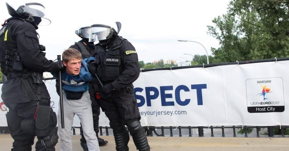 Torcedor russo é detido pela polícia após confusão com os poloneses antes da partida entre Rússia e Polônia, em Varsóvia