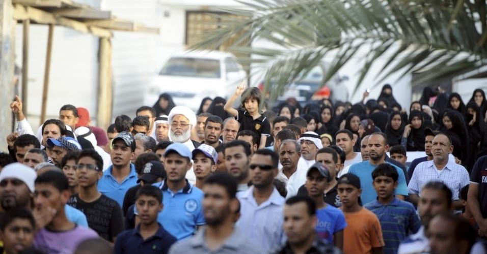 13. jun.2012- Manifestantes participam de marcha em Saddad, no Bahrein
