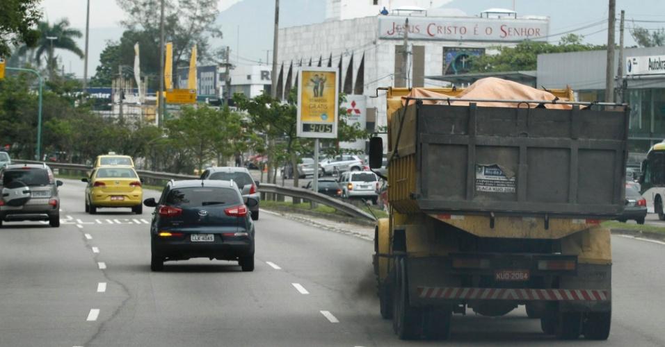 13.jun.2012 - Caminhão solta fumaça nergra na Avenida das Américas, no Rio, no primeiro dia do evento voltado para sustentabilidade