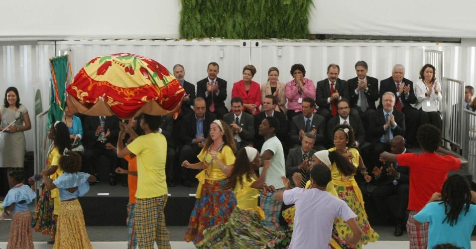 13.jun.2012 - Grupo folclórico de dança faz apresentação na abertura do Pavilhão Brasil, na Rio+20, que teve participação de Dilma e ministros