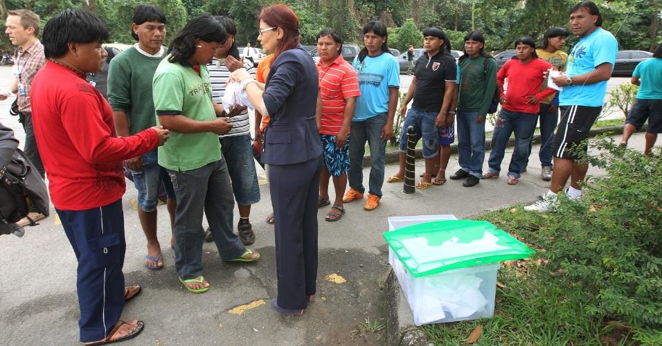 13.jun.2012 - Índios do Mato Grosso fazem fila para ganhar lanche, na entrada do Riocentro