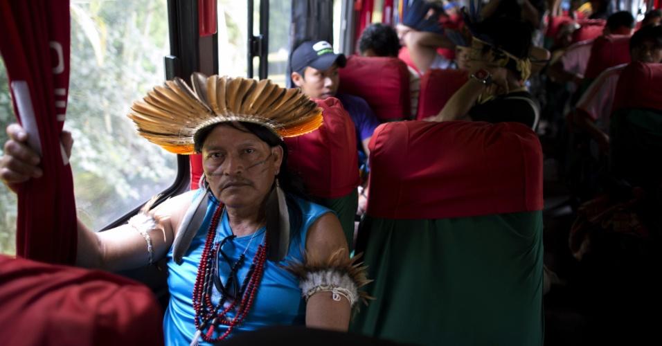 13.jun.2012 - Ônibus proveniente do Mato Grosso traz índios que vão participar da Rio+20
