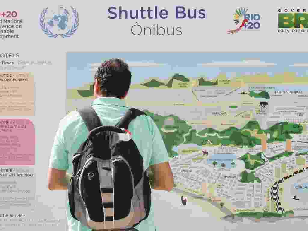13.jun.2012 - Passageiro observa os trajetos do ônibus oficial da Rio+20 - Marco Antonio Teixeira/UOL