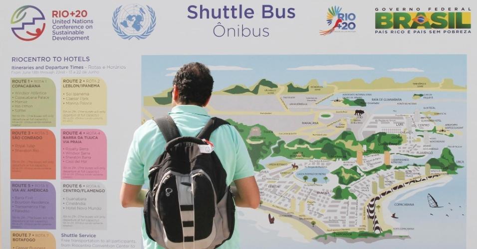 13.jun.2012 - Passageiro observa os trajetos do ônibus oficial da Rio+20