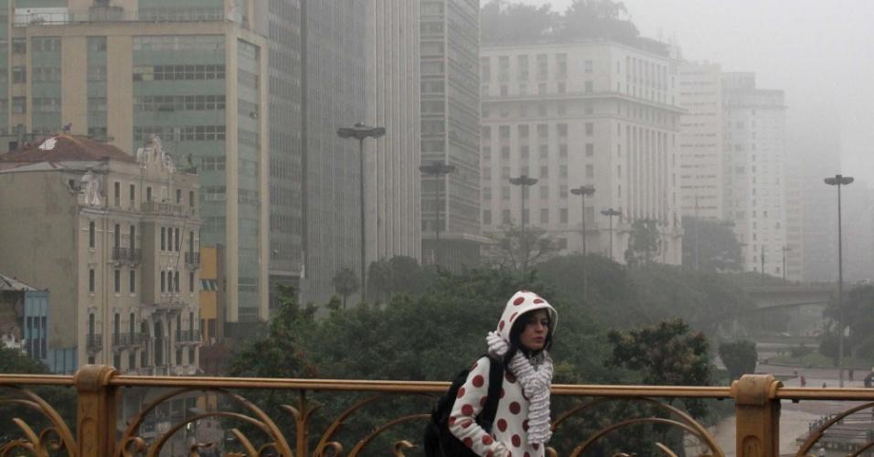 13.jun.2012 -Jovem é observada no viaduto Santa Ifigênia, centro de São Paulo