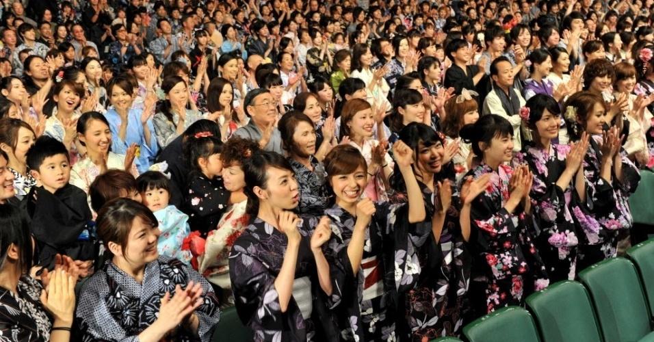 13.jun.2012 -Mais de 1.100 de japoneses vestidos de yukata, vestimenta japonesa de verão, entram para o Livro dos Recordes como a maior quantidade de pessoas trajando o kimono tradicional da cultura japonesa