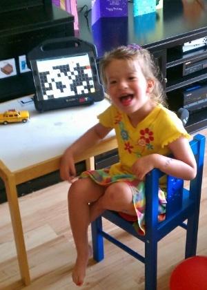 A americana Maya Nieder em foto divulgada pela mãe da garota; família reclama de remoção de aplicativo que ajuda pessoas com deficiência a falarem