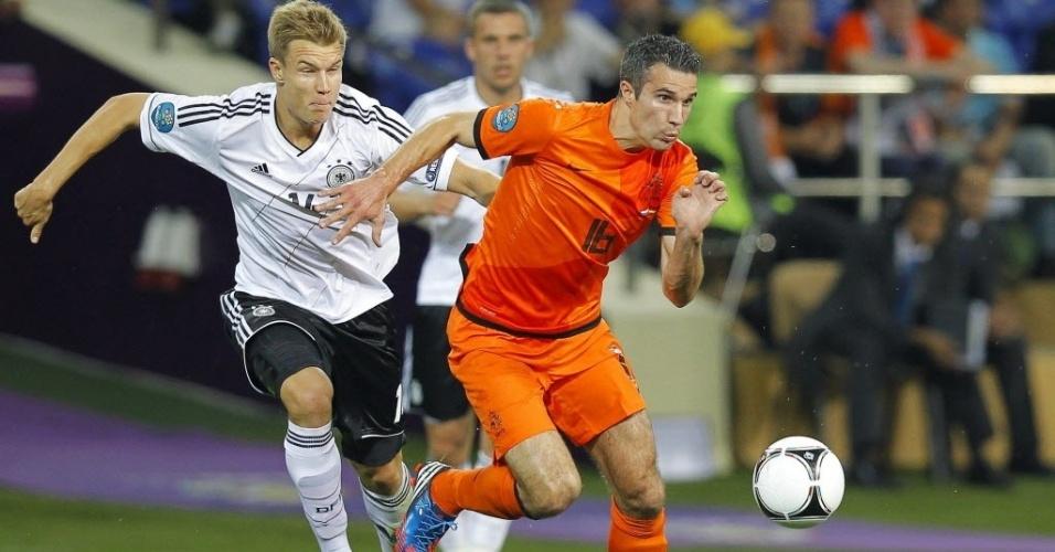 Alemão Holger Badstuber aposta corrida pela bola com Robin van Persie no Metalist Stadium, na Ucrânia