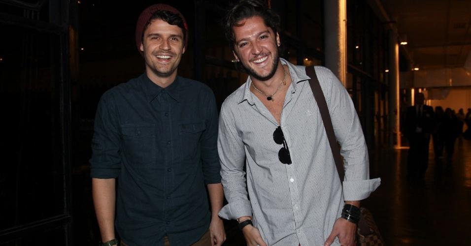 Apresentadores Felipe Solari e André Vasco chegam ao evento (13/6/12)
