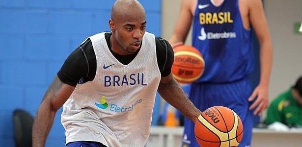 Armador Larry Taylor participa de treino da seleção masculina de basquete em São Paulo