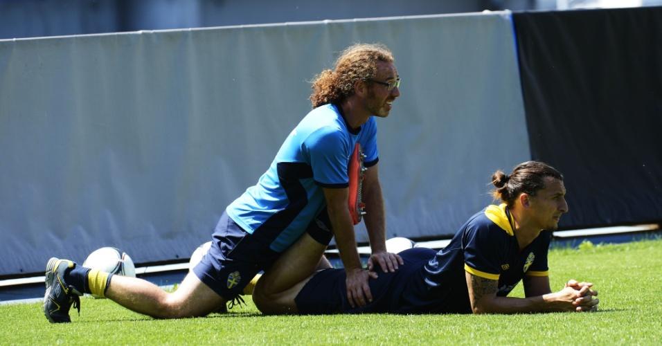 Atacante Zlatan Ibrahimovic se mostra bem à vontade enquanto recebe massagem durante treino da Suécia na Eurocopa (13/06/12)