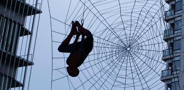 Dublê vestido de Homem-Aranha fica pendurado em prédio de Tóquio para lançamento do filme (13/6/12)