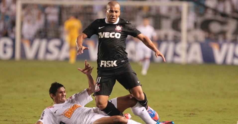 Durval, do Santos, entra de carrinho sobre Emerson, do Corinthians