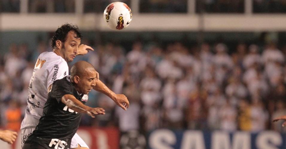 Emerson, do Corinthians, disputa a posse da bola com Edu Dracena, do Santos