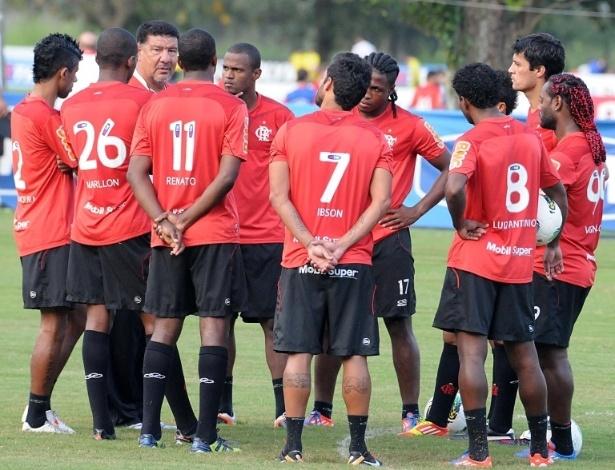Joel Santana conversa com jogadores titulares do Flamengo antes de treinamento (13/06/2012)