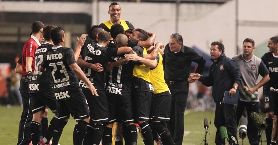 Jogadores do Corinthians comemoram após Emerson abrir o placar contra o Santos na Vila Belmiro