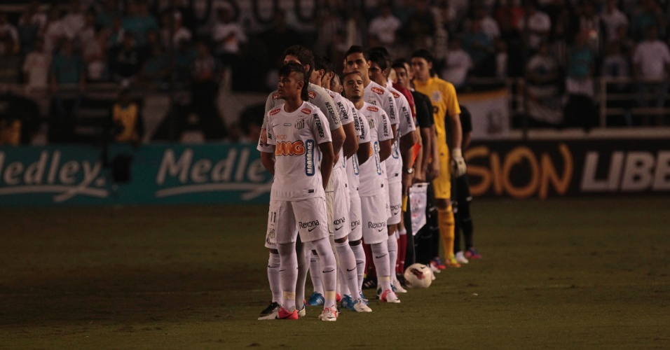 Jogadores se alinham no centro do campo antes do duelo entre Santos e Corinthians