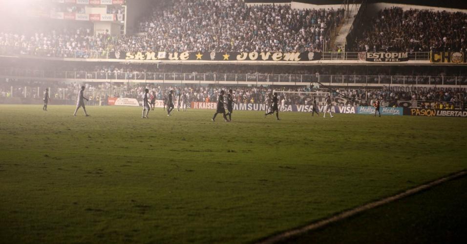 Jogo foi interrompido na Vila Belmiro após problema com a iluminação