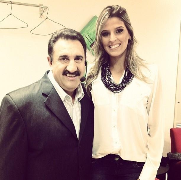 Mari Paraíba posa ao lado do apresentador Carlos Massa, o Ratinho, do SBT
