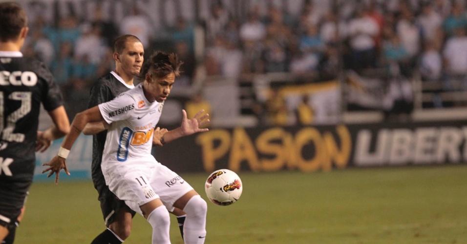 Neymar, do Santos, tenta passar pela marcação de Fábio Santos, do Corinthians