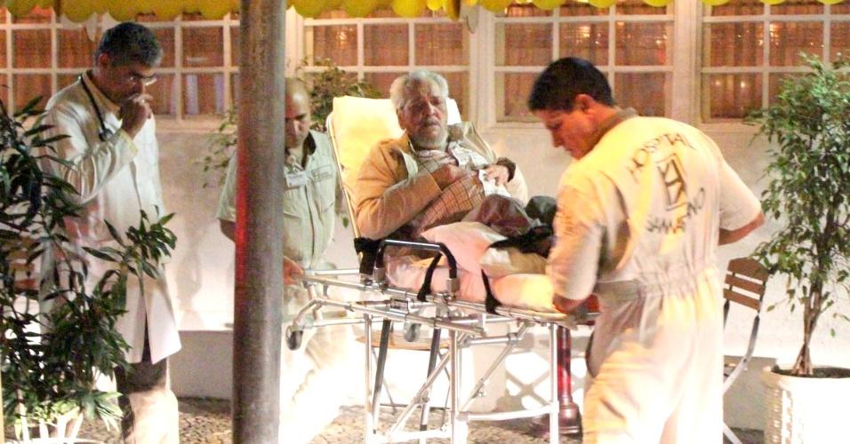 O ator Lúcio Mauro passou mal em restaurante do bairro do Leblon, no Rio de Janeiro, e foi levado de maca até um hospital da cidade (12/6/12)