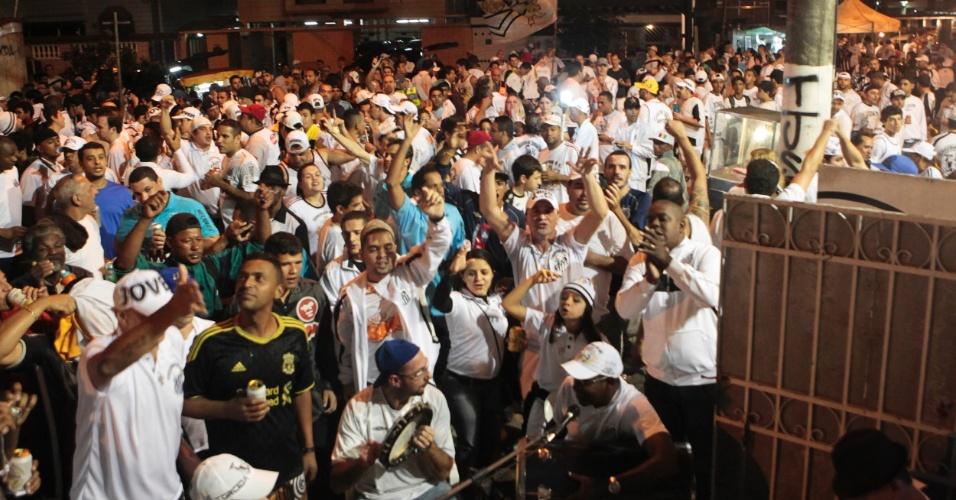 Organizada faz pagode na sede no aquecimento para jogo contra o Corinthians