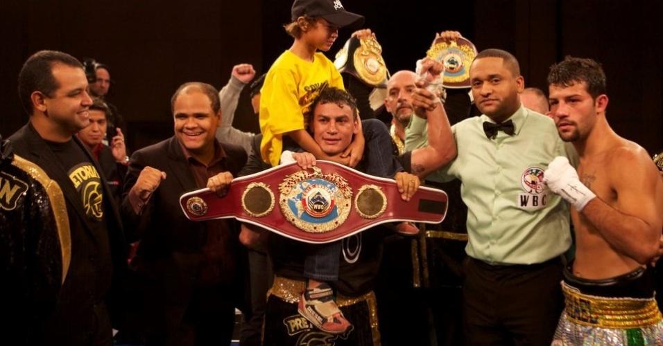 Popó posa com seu filho e seus cinturões após bater Michael Oliveira