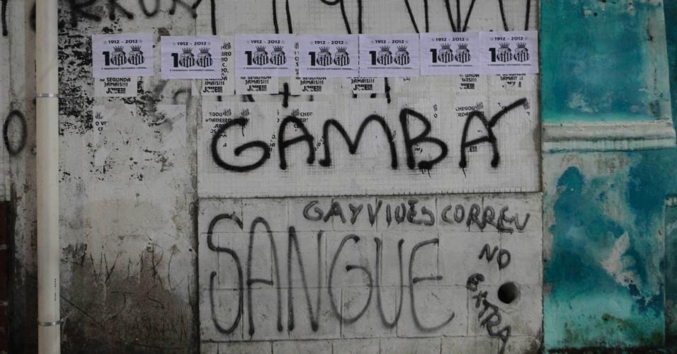 Santistas fizeram pichações ofensivas aos corintianos nos arredores da Vila