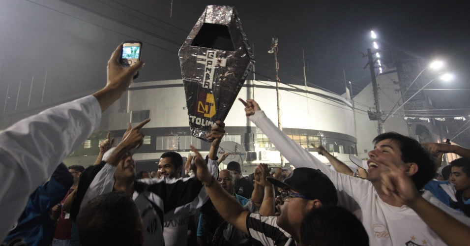 Torcedores do Santos exibem 'caixão' provocativo contra o Corinthians