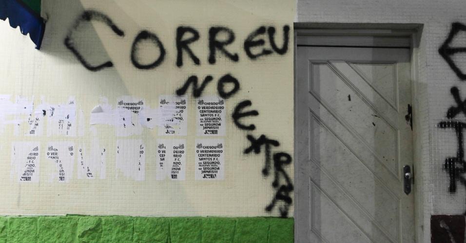 Torcedores do Santos fizeram pichações ofensivas aos corintianos