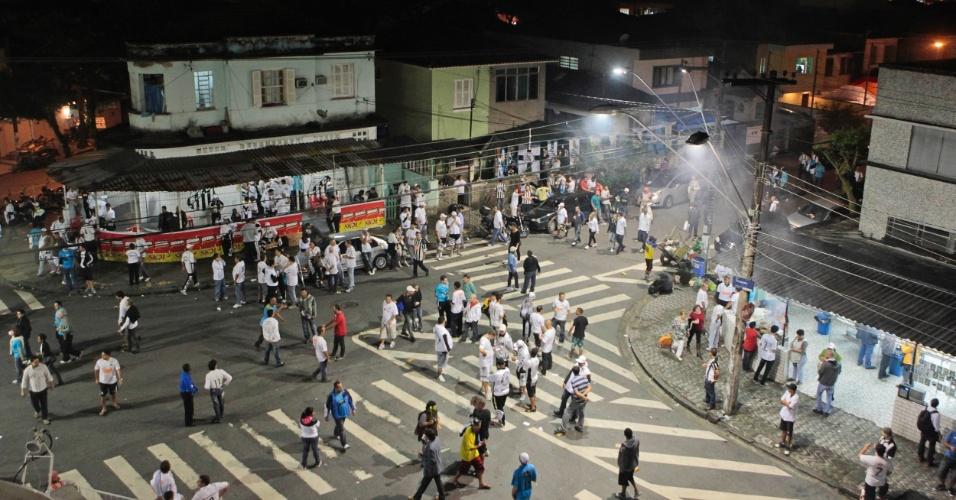 Torcida começa a chegar à Vila Belmiro para o duelo Santos x Corintuhians