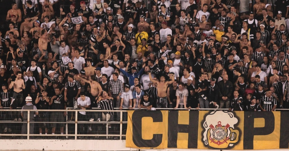 Torcida do Corinthians faz a festa durante a partida contra o Santos