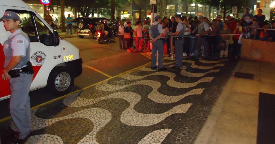 Torcida espera a saída da delegação do Corinthians do hotel em que a equipe está hospedada