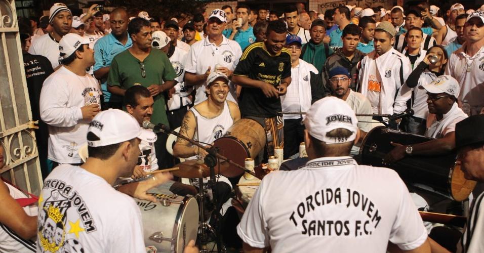 Torcida organizada do Santos se prepara para o jogo contra o Corinthians com pagode