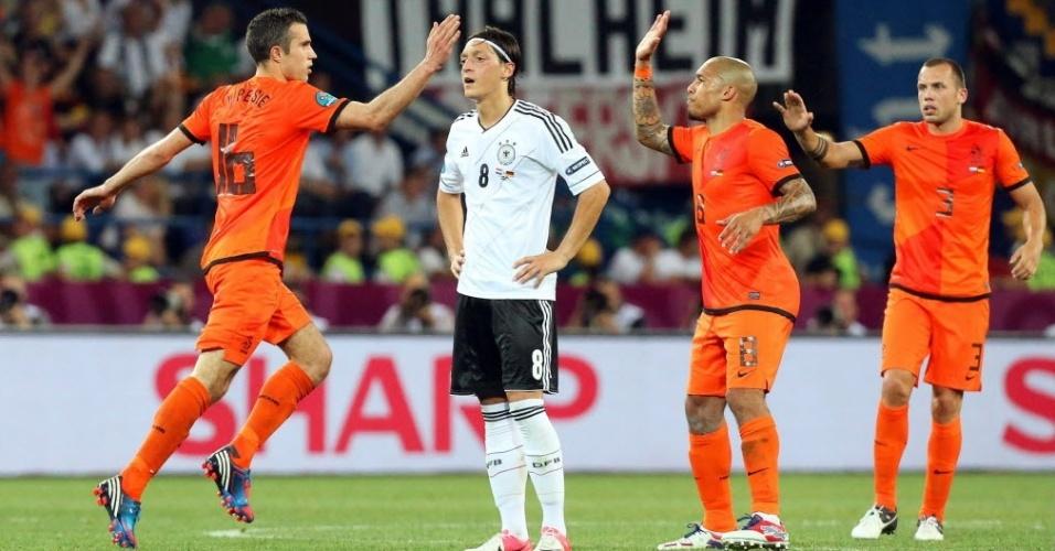 Van Persie comemora com De Jong e Heitinga gol marcado para a Holanda na derrota para a Alemanha pelo grupo B